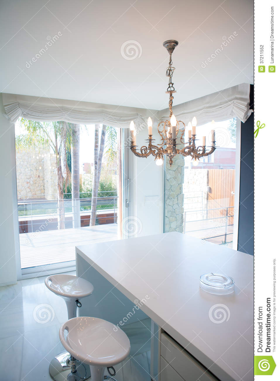table de cuisine blanche moderne avec le lustre de vintage. Black Bedroom Furniture Sets. Home Design Ideas