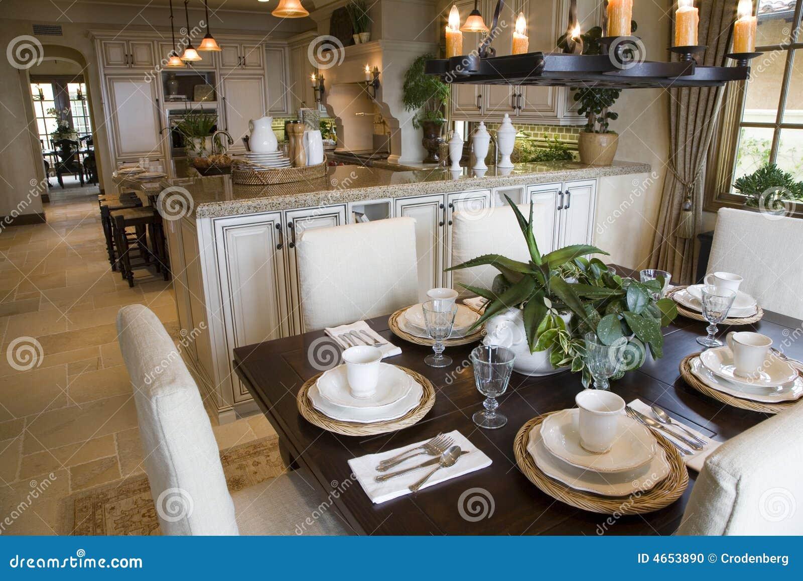Table de déjeuner à la maison de luxe.