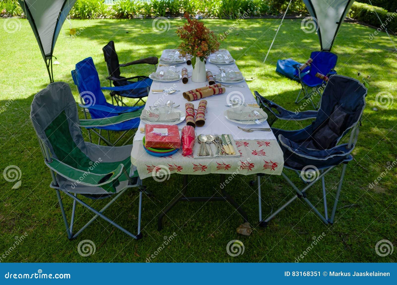 Table de déjeuner d été sous une tente de belvédère