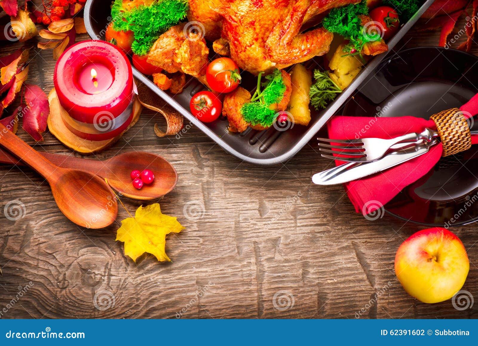 Table de dîner de thanksgiving servie avec la dinde