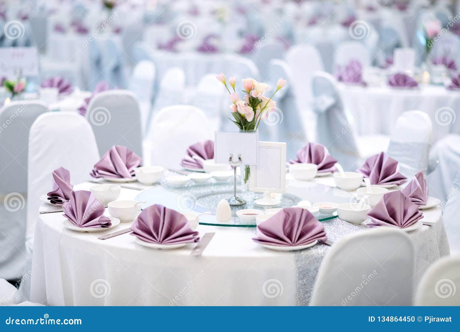 Table de dîner préparée de gala