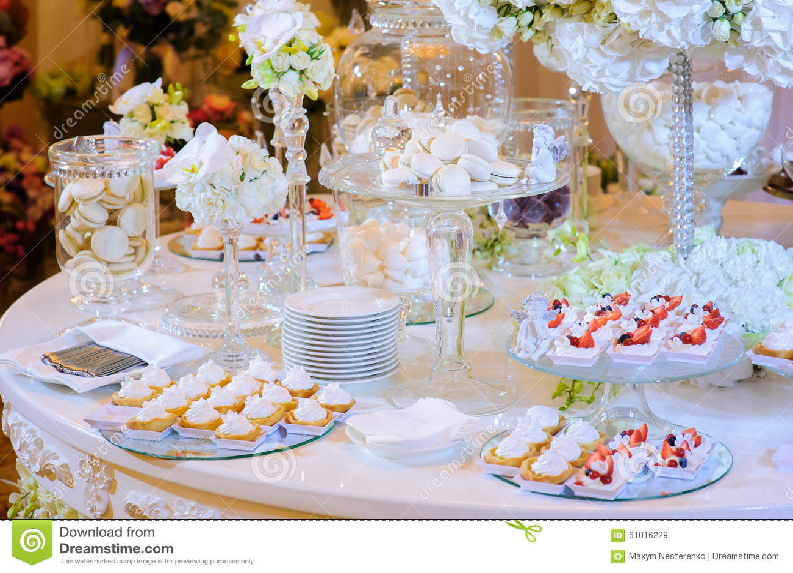 table de dessert la c r monie de mariage macaron g teau meringue image stock image du. Black Bedroom Furniture Sets. Home Design Ideas