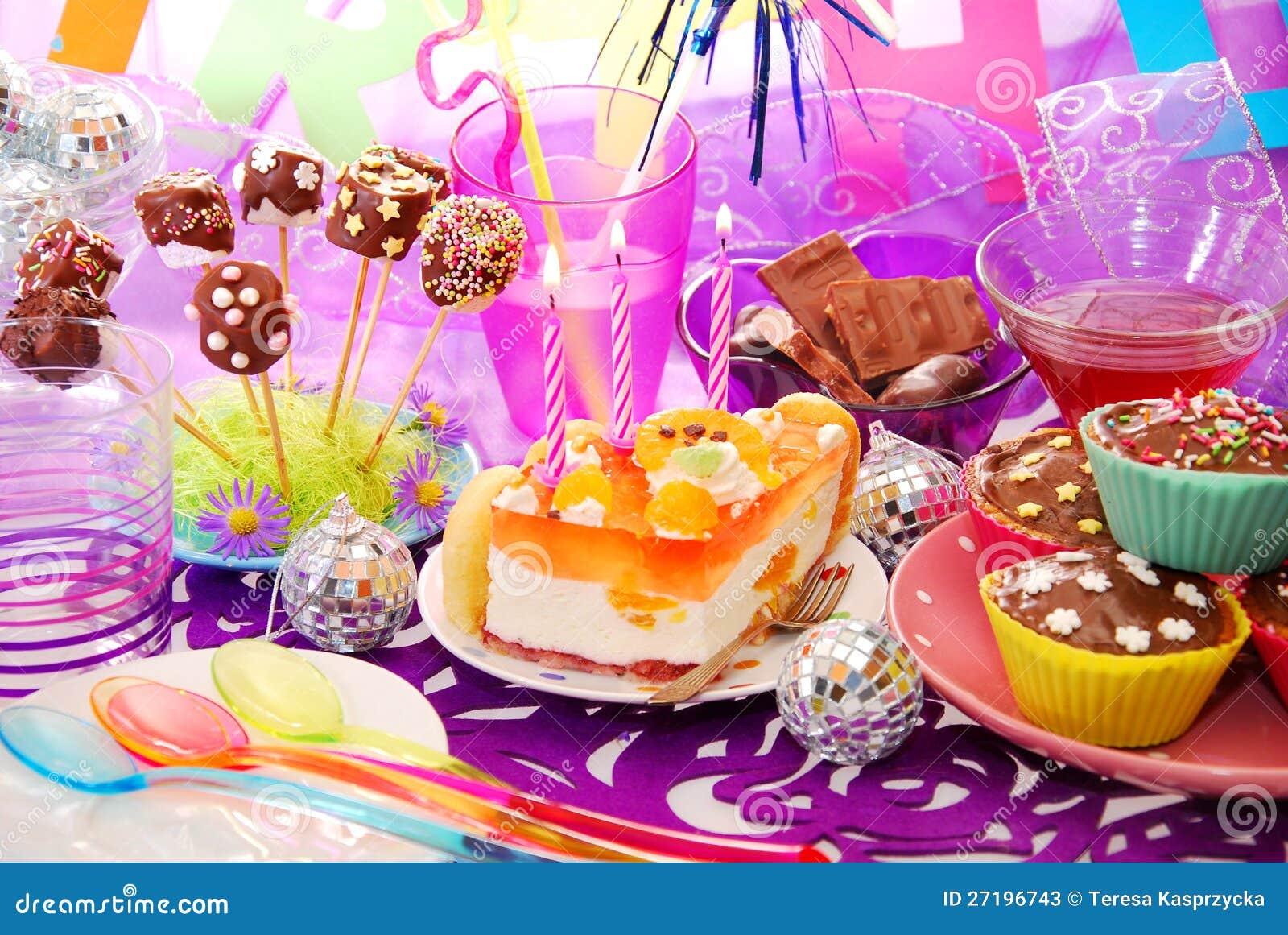 table de f te d 39 anniversaire avec des bonbons pour l 39 enfant photos stock image 27196743. Black Bedroom Furniture Sets. Home Design Ideas
