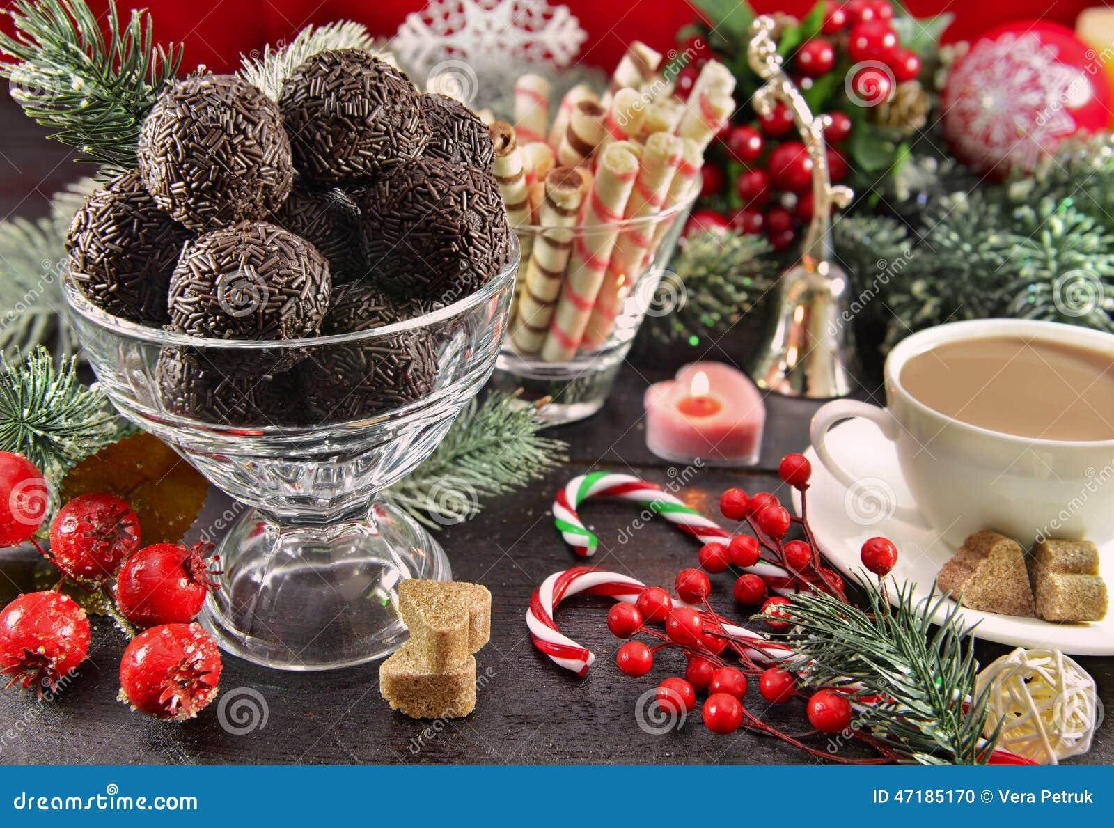 table de f te de no l avec le dessert doux photo stock image du babiole cacao 47185170. Black Bedroom Furniture Sets. Home Design Ideas