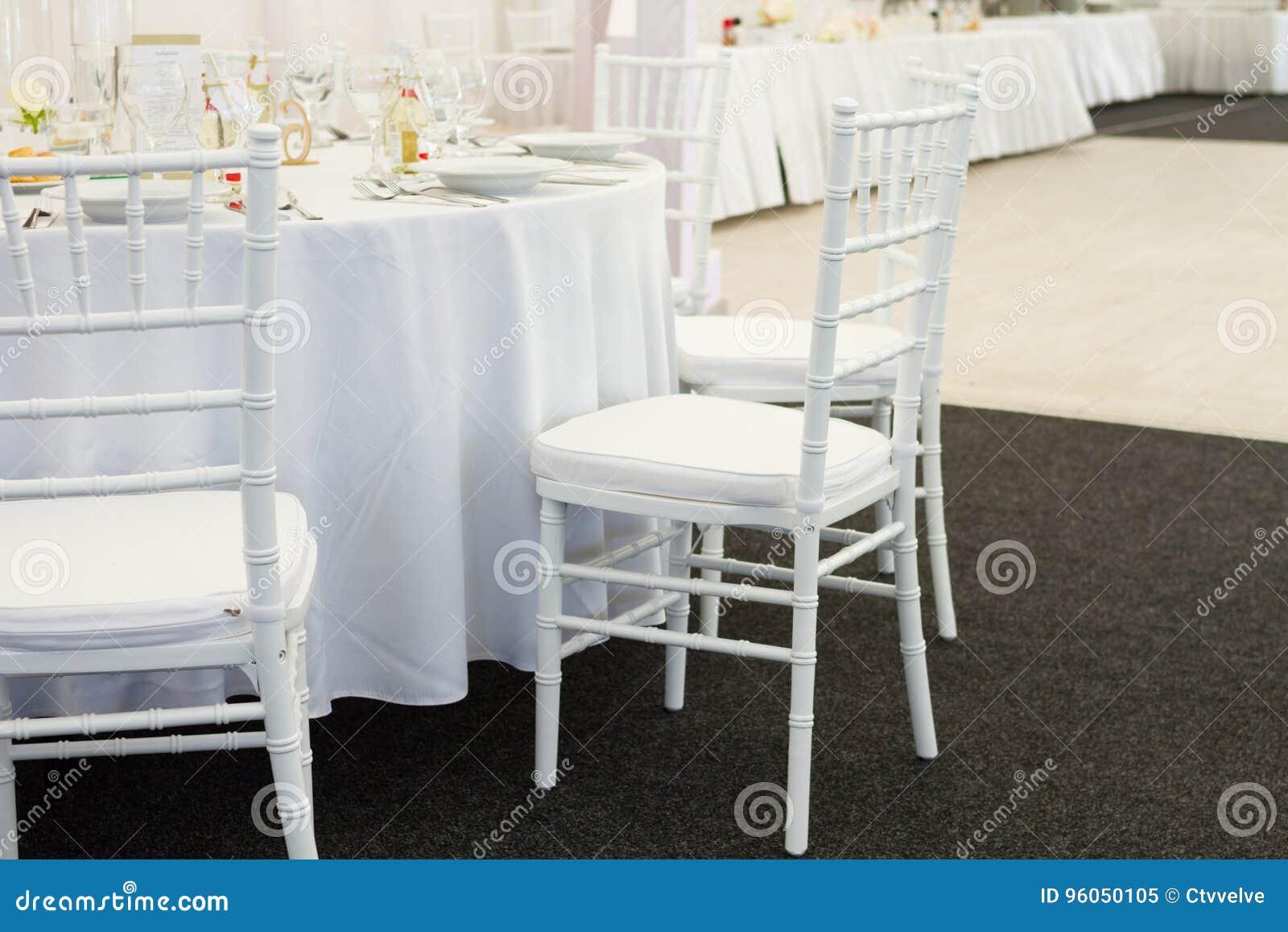 Table de fantaisie mise pour un dîner de mariage