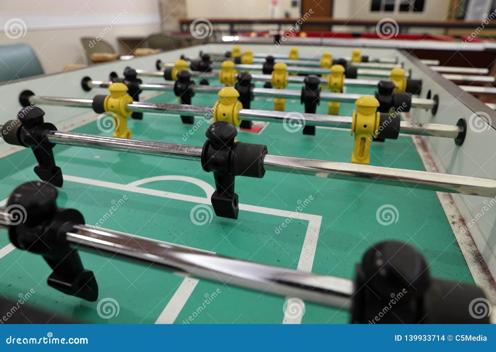 Table de Foosball avec des figurines pour jouer des jeux