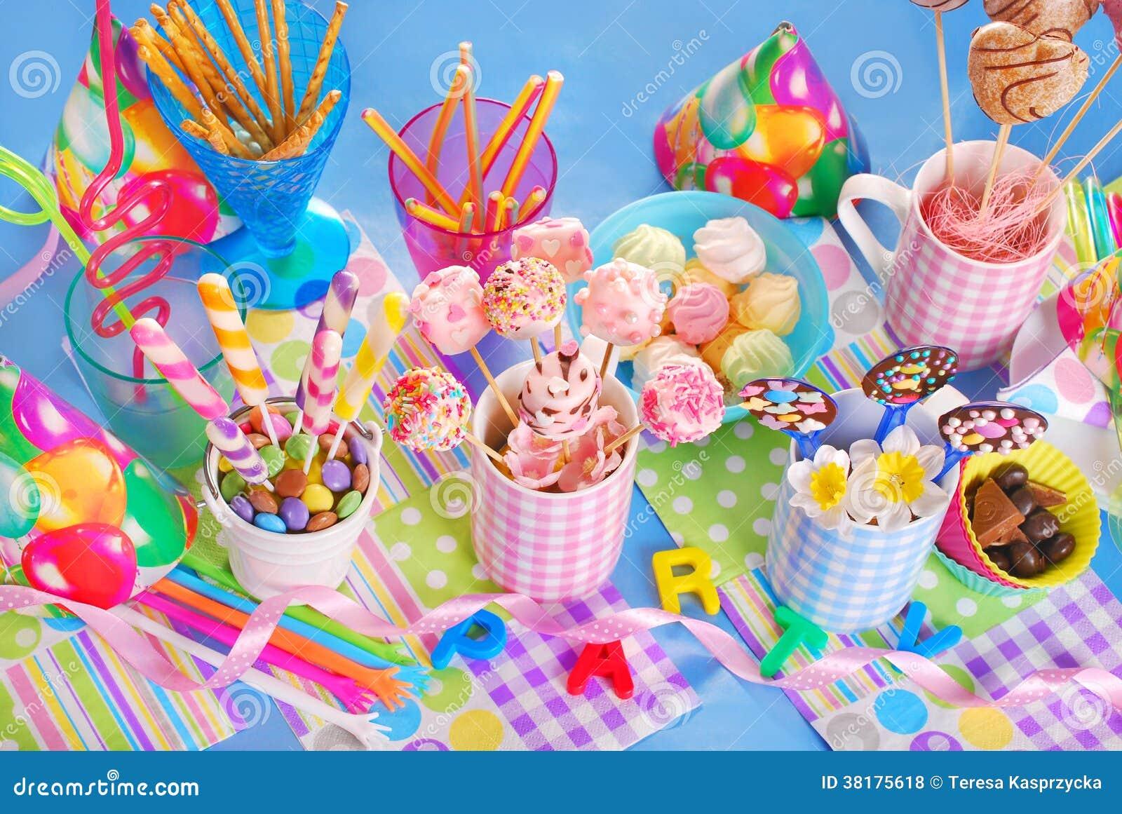 table de f te d 39 anniversaire avec des bonbons pour des enfants photos libres de droits image. Black Bedroom Furniture Sets. Home Design Ideas