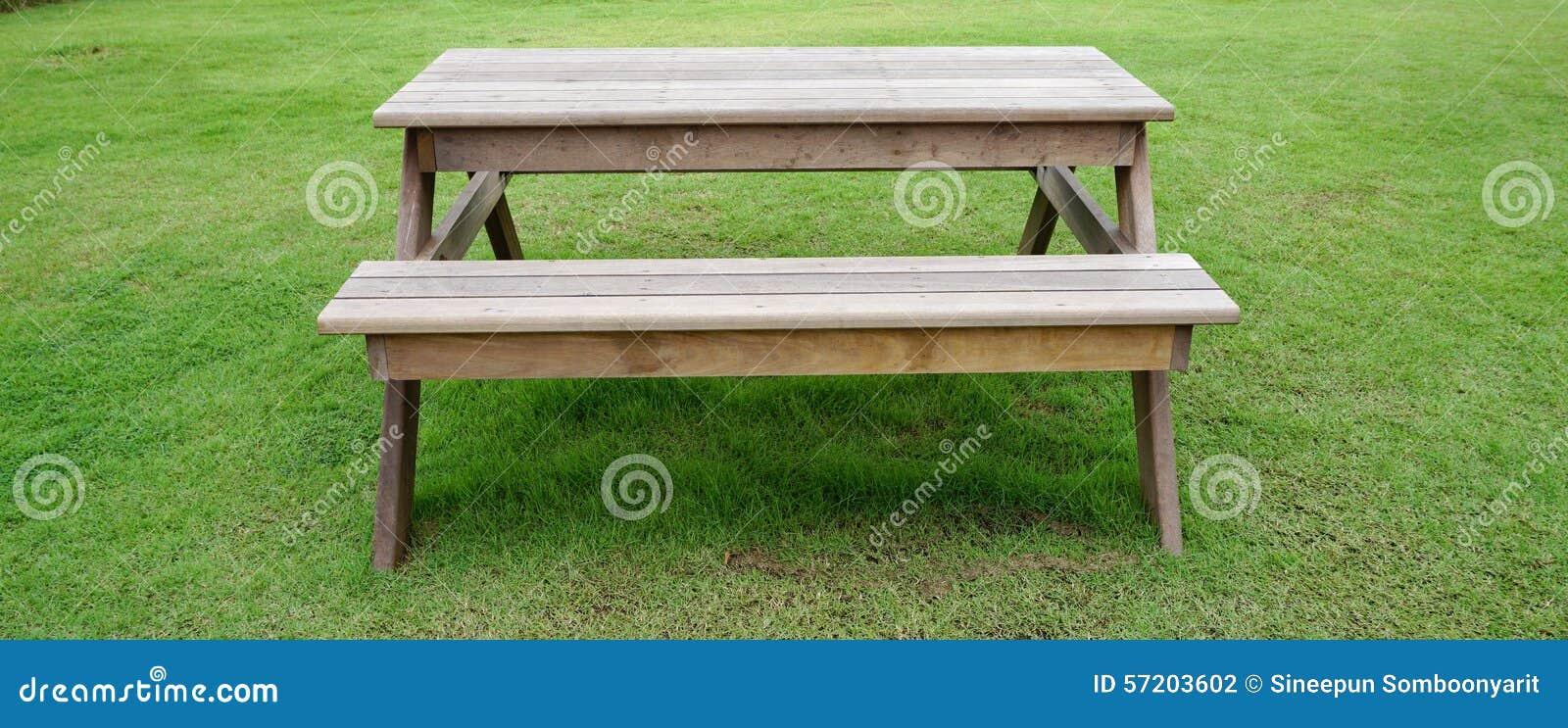 Table De Jardin De Bois De Construction Sur Le Verre Vert ...