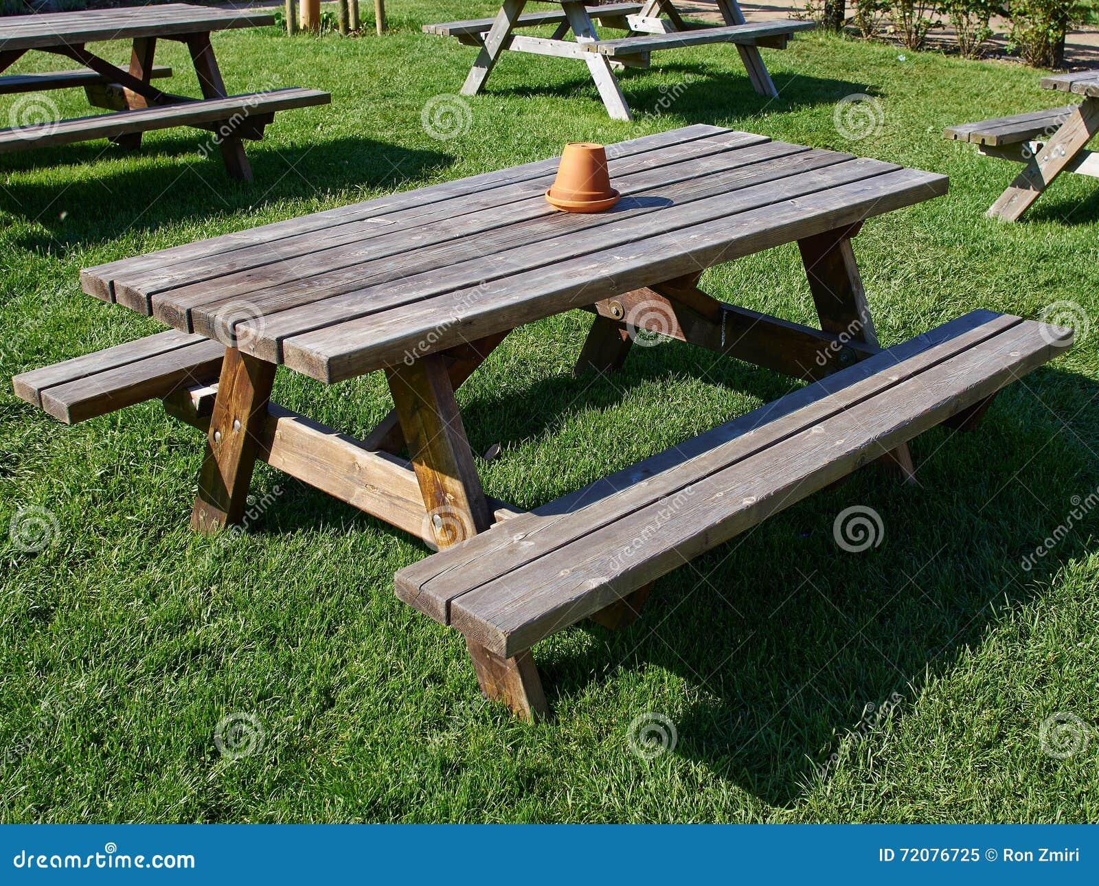 Table De Jardin De Pique-nique Faite De Bois Image stock ...