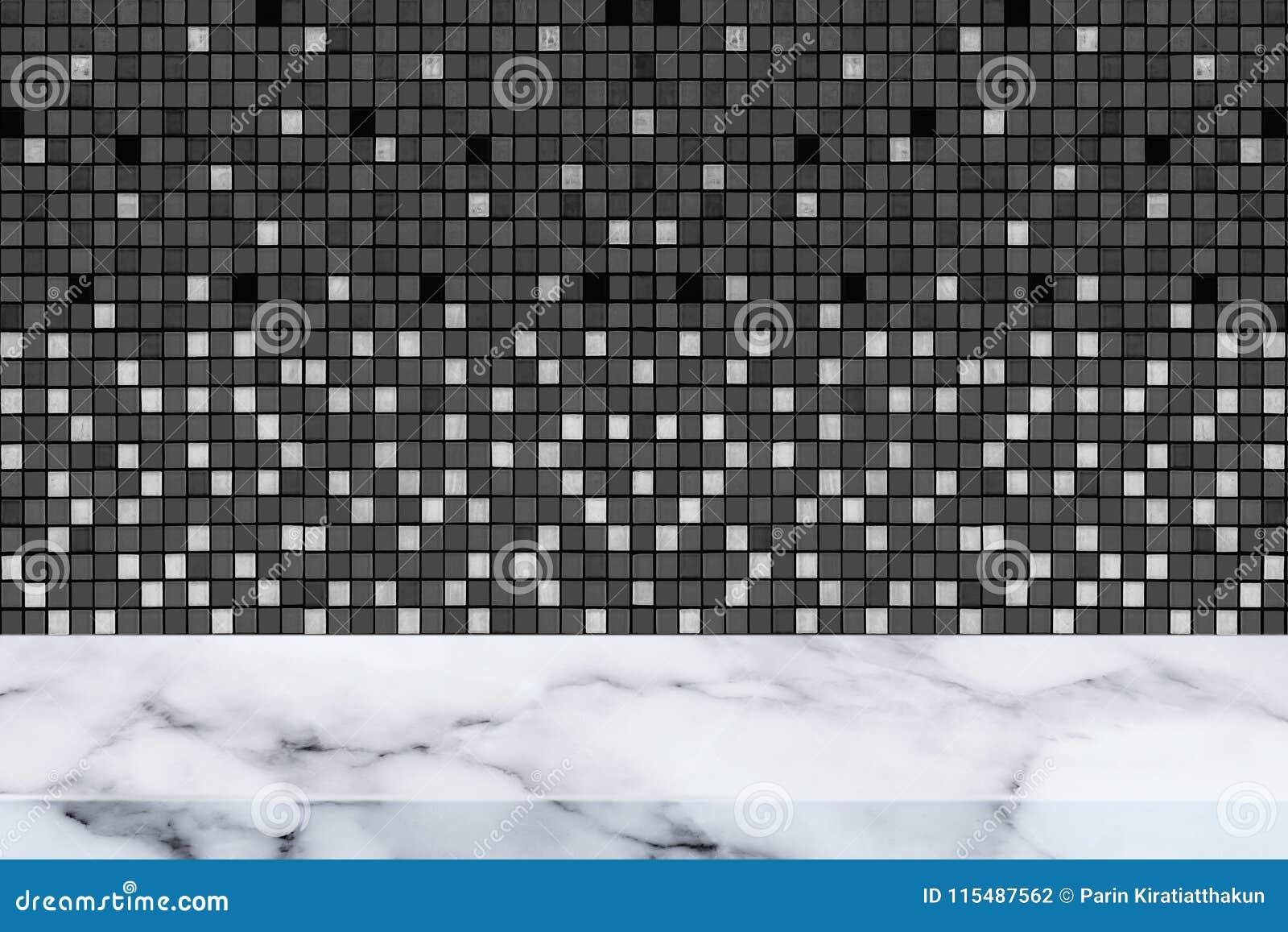 Table de marbre avec la texture et le fond noirs de mur de mosaïque