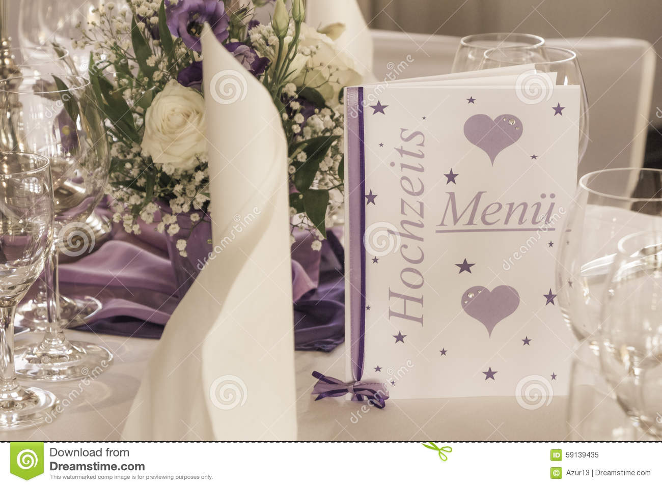 table de mariage avec des serviettes et des fleurs de carte de menu photo stock image 59139435. Black Bedroom Furniture Sets. Home Design Ideas