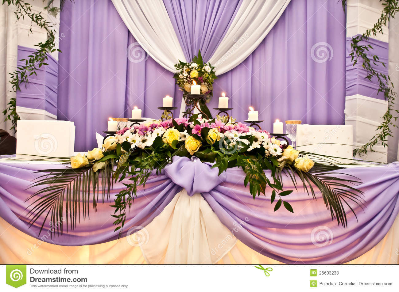 table de mariage pour des nouveaux mari s photos libres de droits image 25603238. Black Bedroom Furniture Sets. Home Design Ideas