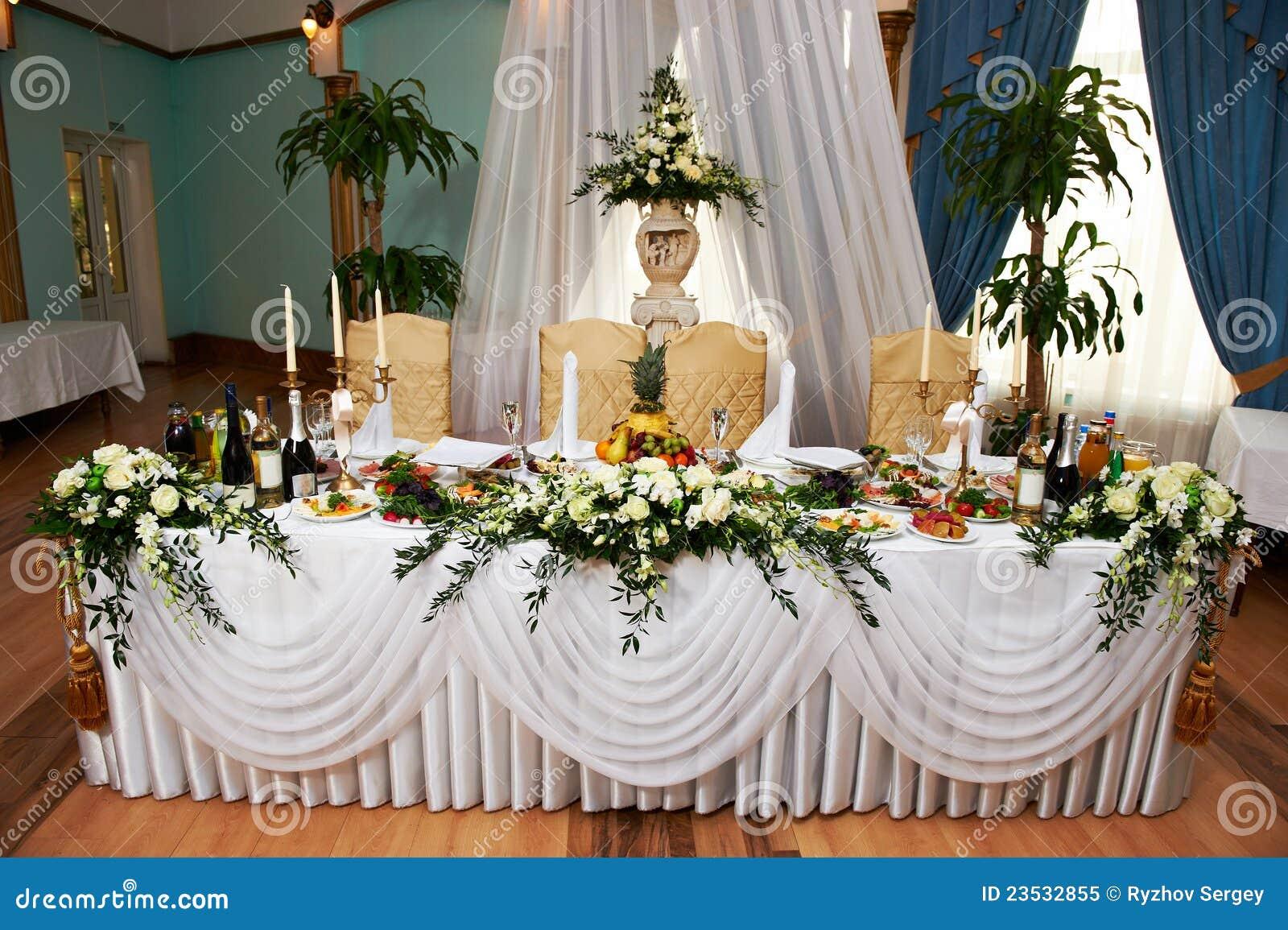 table de mariage pour la mari e et le mari photo libre de. Black Bedroom Furniture Sets. Home Design Ideas