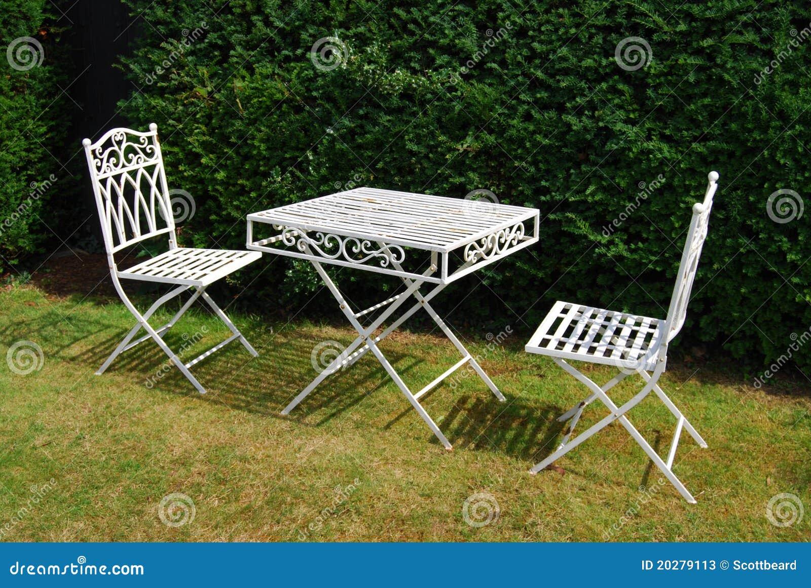 Table De Meubles De Jardin En Métal Blanc Et Deux Présidences Image ...