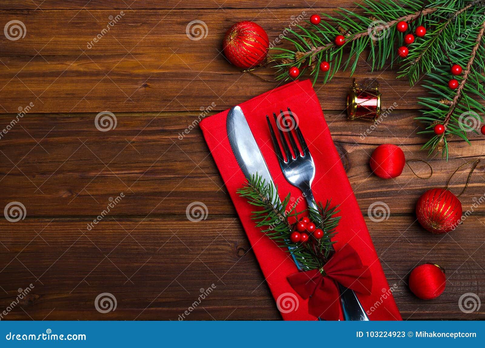 Table de Noël : couteau et fourchette, serviette et branc d arbre de Noël