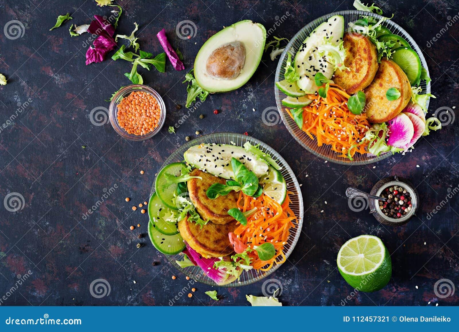 Table de nourriture de dîner de cuvette de Bouddha de Vegan Nourriture saine Cuvette saine de déjeuner de vegan Beignet avec les