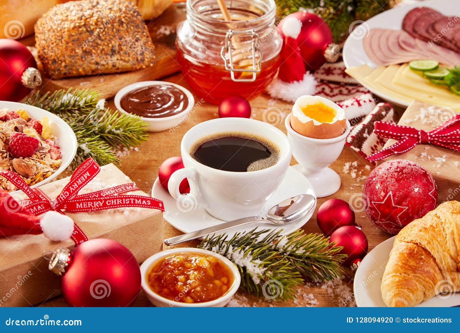 Dimanche 13 décembre Table-de-petit-d%C3%A9jeuner-no%C3%ABl-avec-la-nourriture-et-les-ornements-128094920
