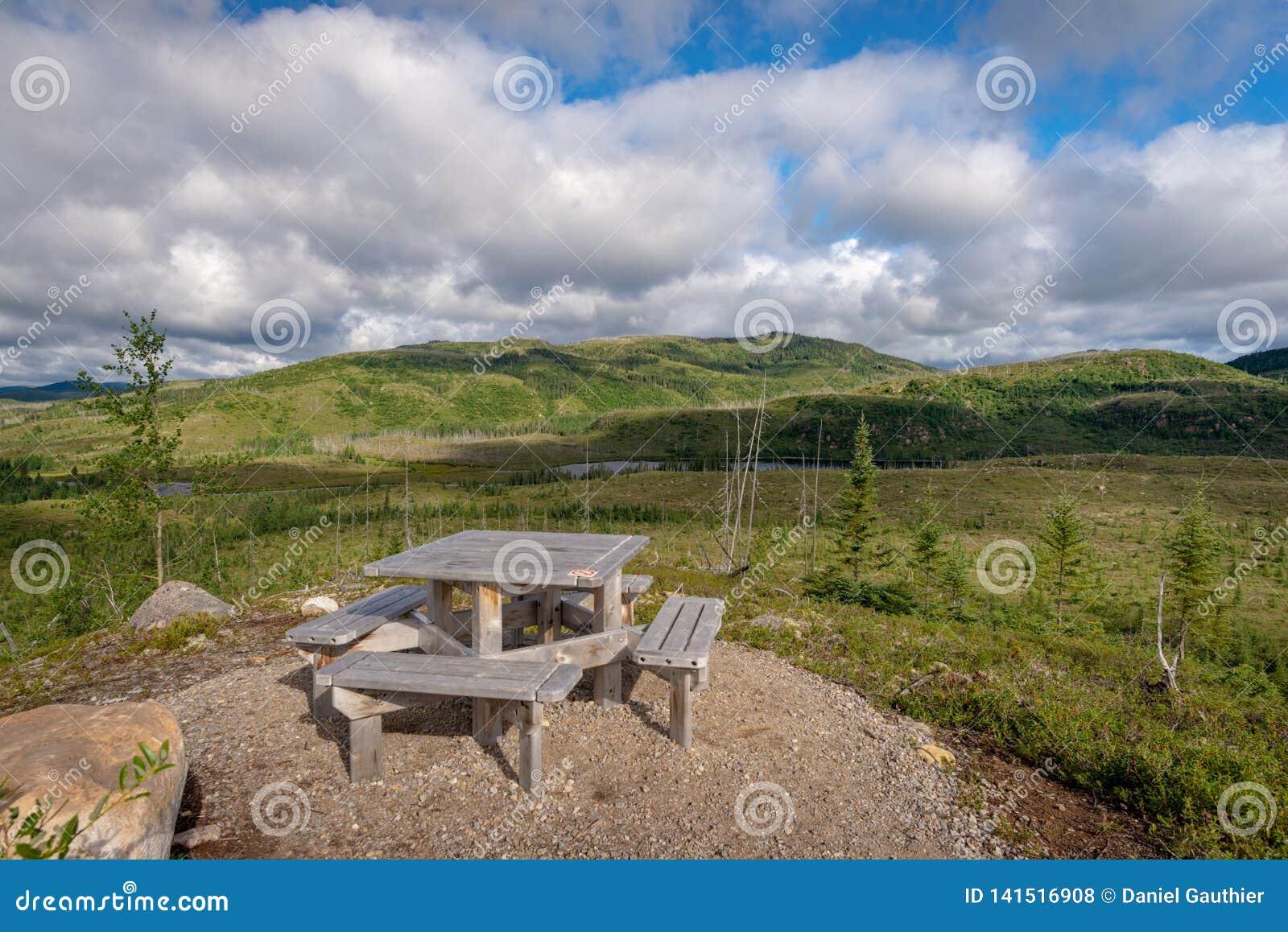 Table de pique-nique avec une vue sur la forêt de taiga dans des grands-Jardins parc national, Québec de Les