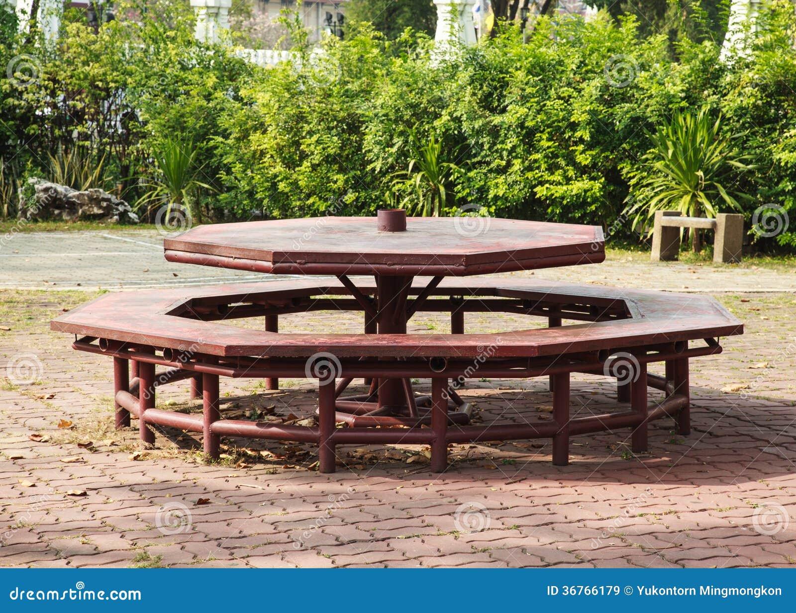 Table de pique nique octogonale images libres de droits for Table exterieur octogonale