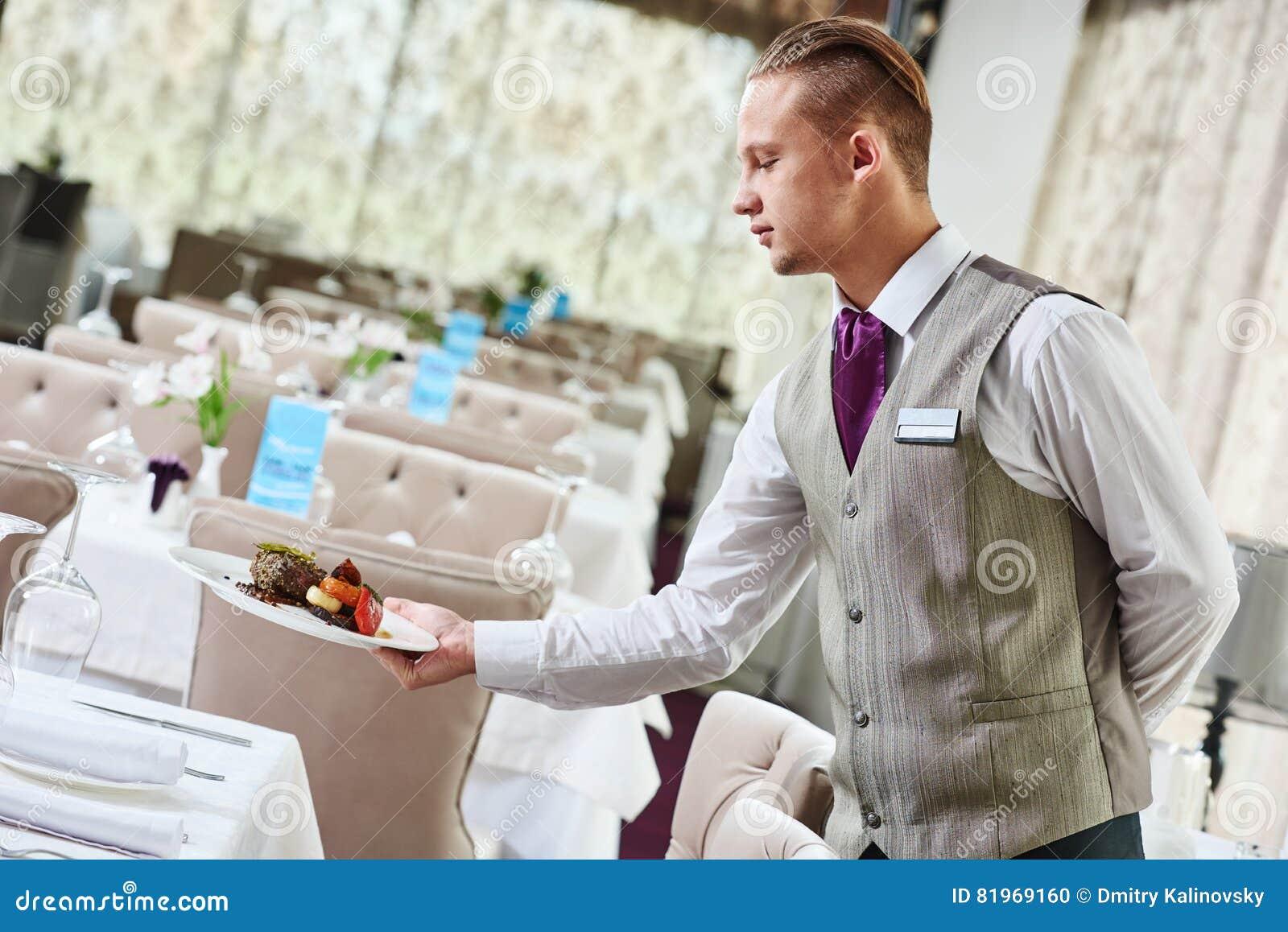Table de portion de serveur de restaurant avec la nourriture
