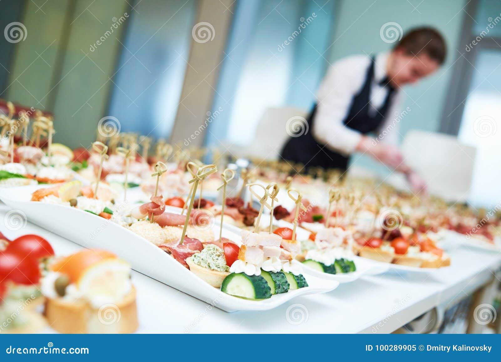 Table de portion de serveuse de restaurant avec la nourriture