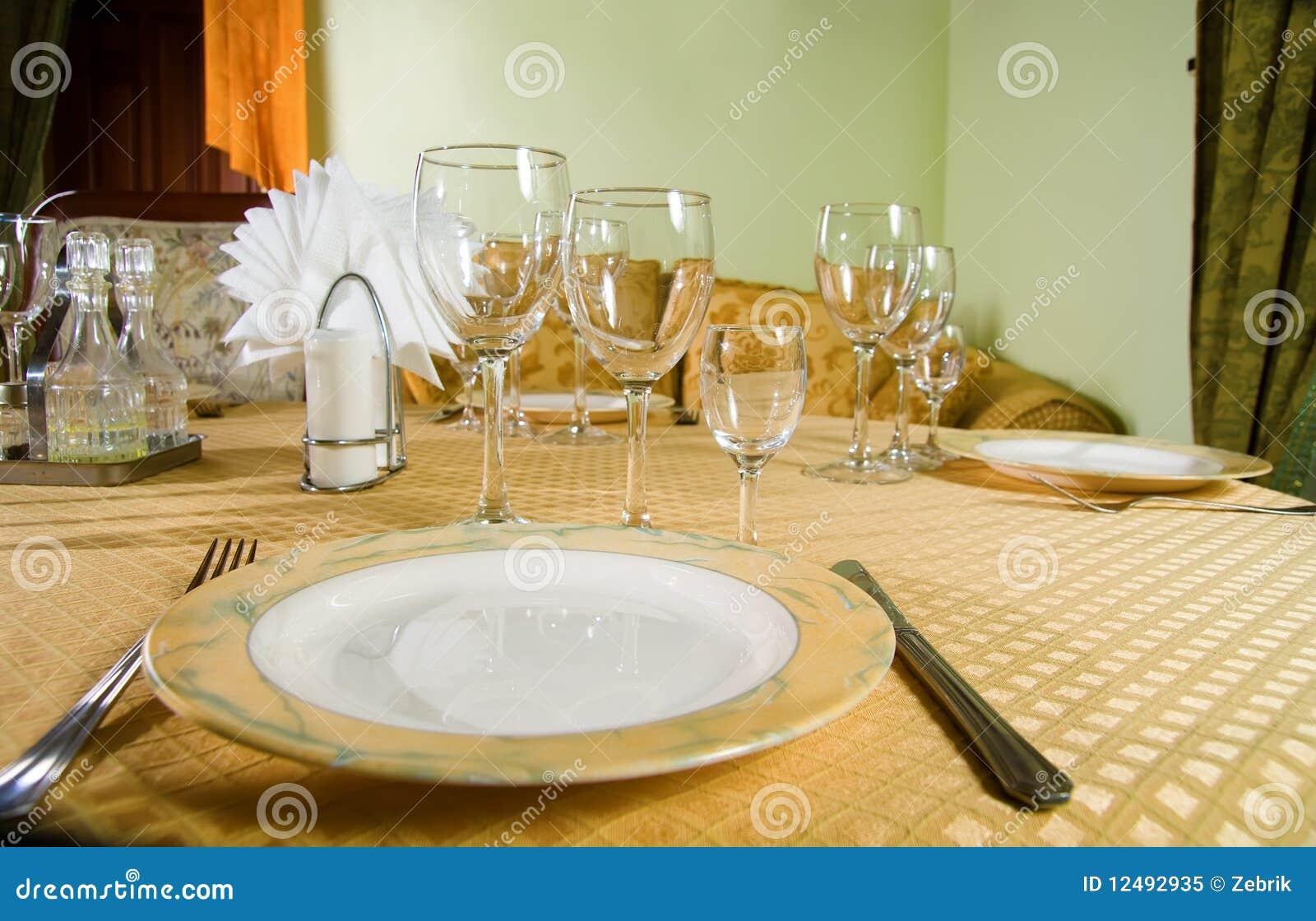 table de restaurant avec des couverts photo libre de. Black Bedroom Furniture Sets. Home Design Ideas
