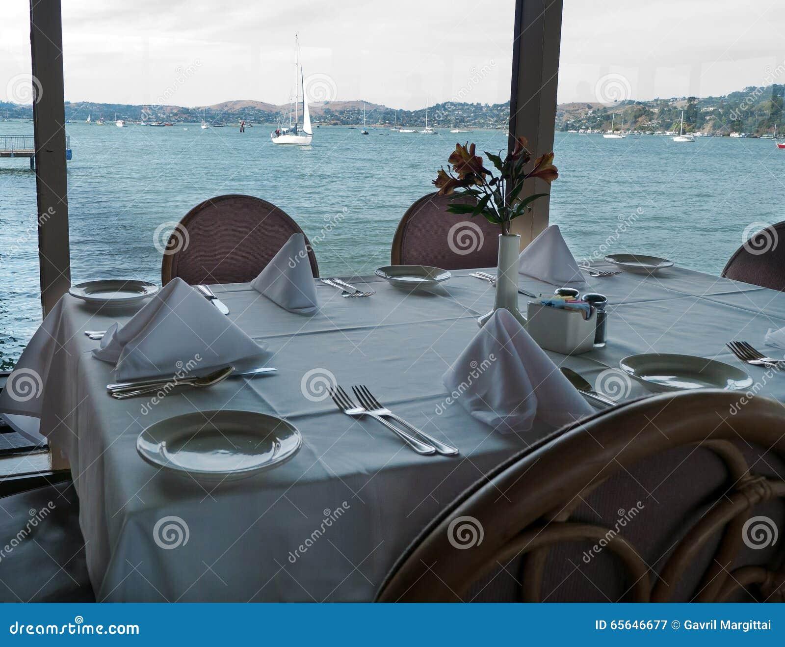 Table de restaurant avec la vue