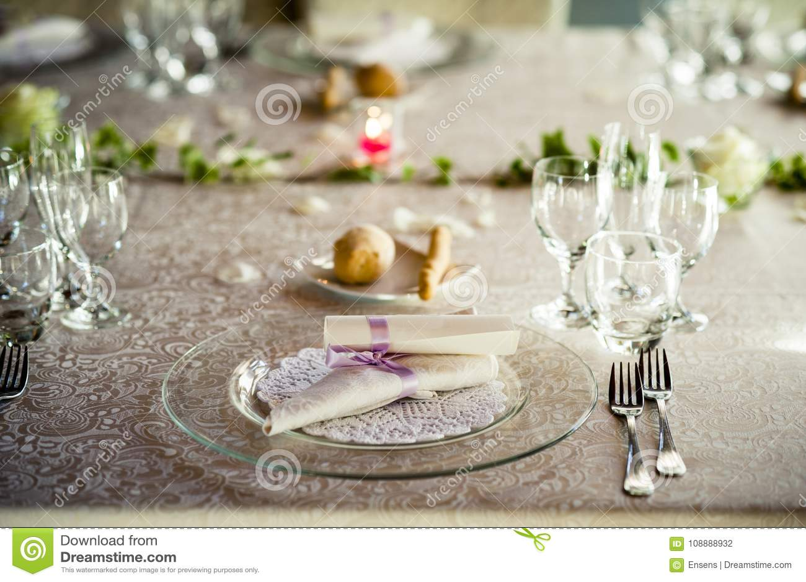 Table de restaurant préparée pour la noce