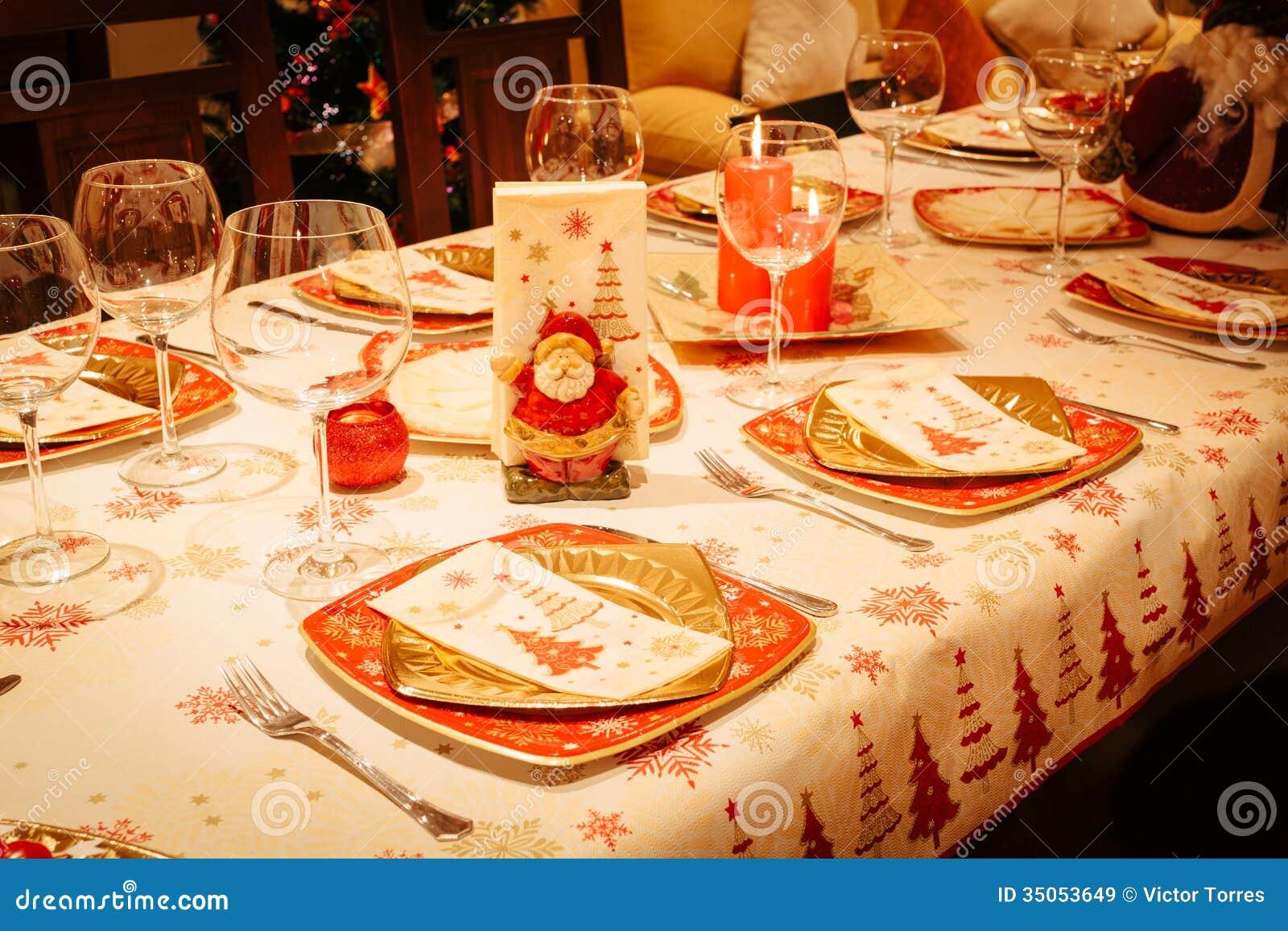 Table de salle manger de no l avec l 39 arbre de no l l - Plan de table noel ...