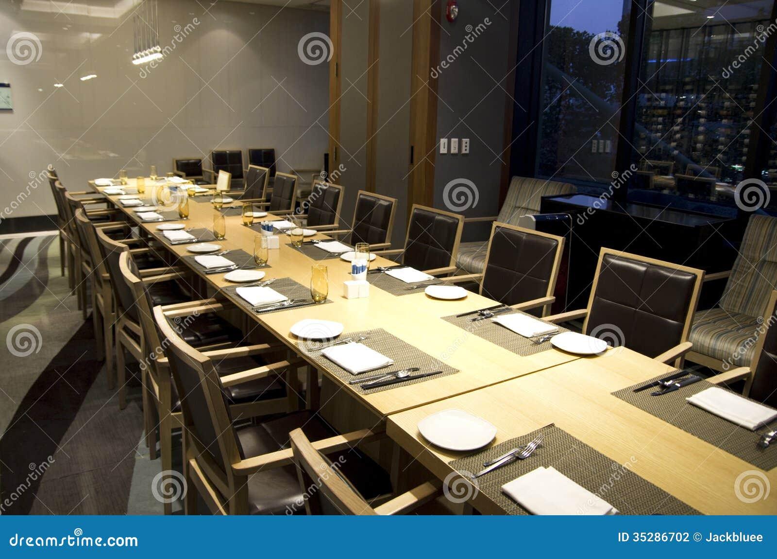 Table de salle manger de r union d 39 affaires dans le - Table de restaurant ...