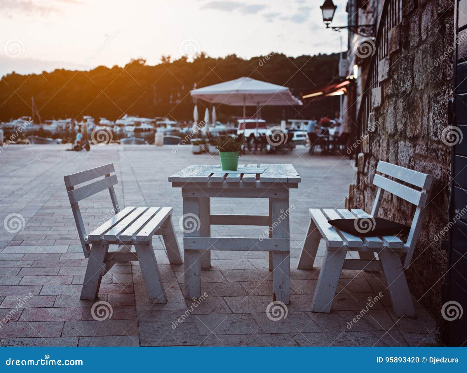 Table De Salle à Manger De Restaurant Dehors