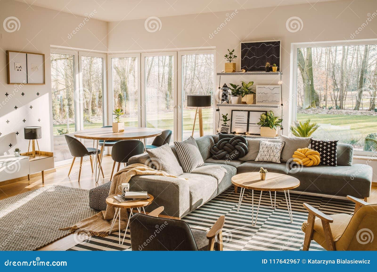 Table de salle à manger en bois et ronde dans le coin d une vie de l espace ouvert