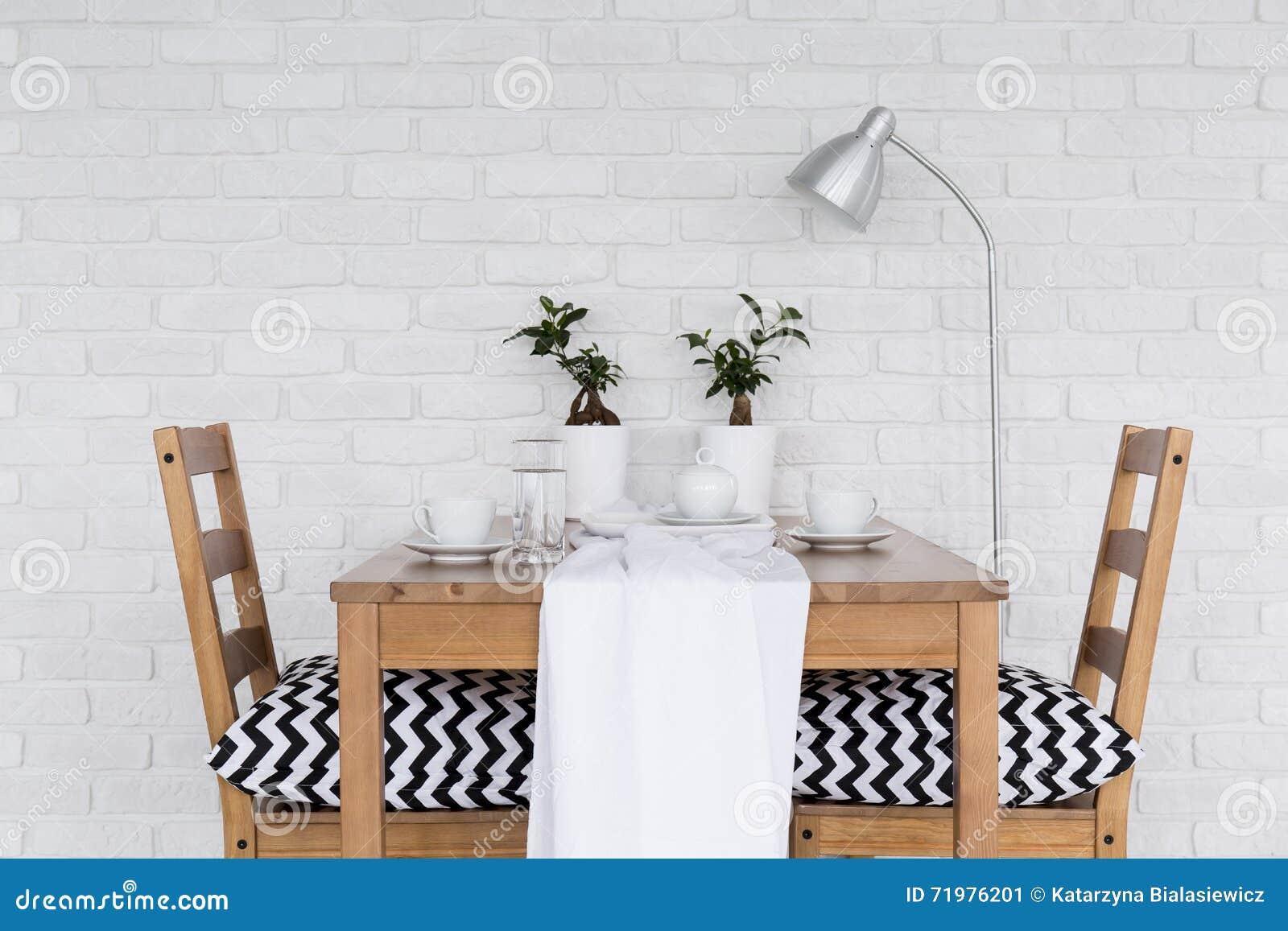 Superieur Salle à Manger Pour Deux Avec Le Mur De Briques Blanc