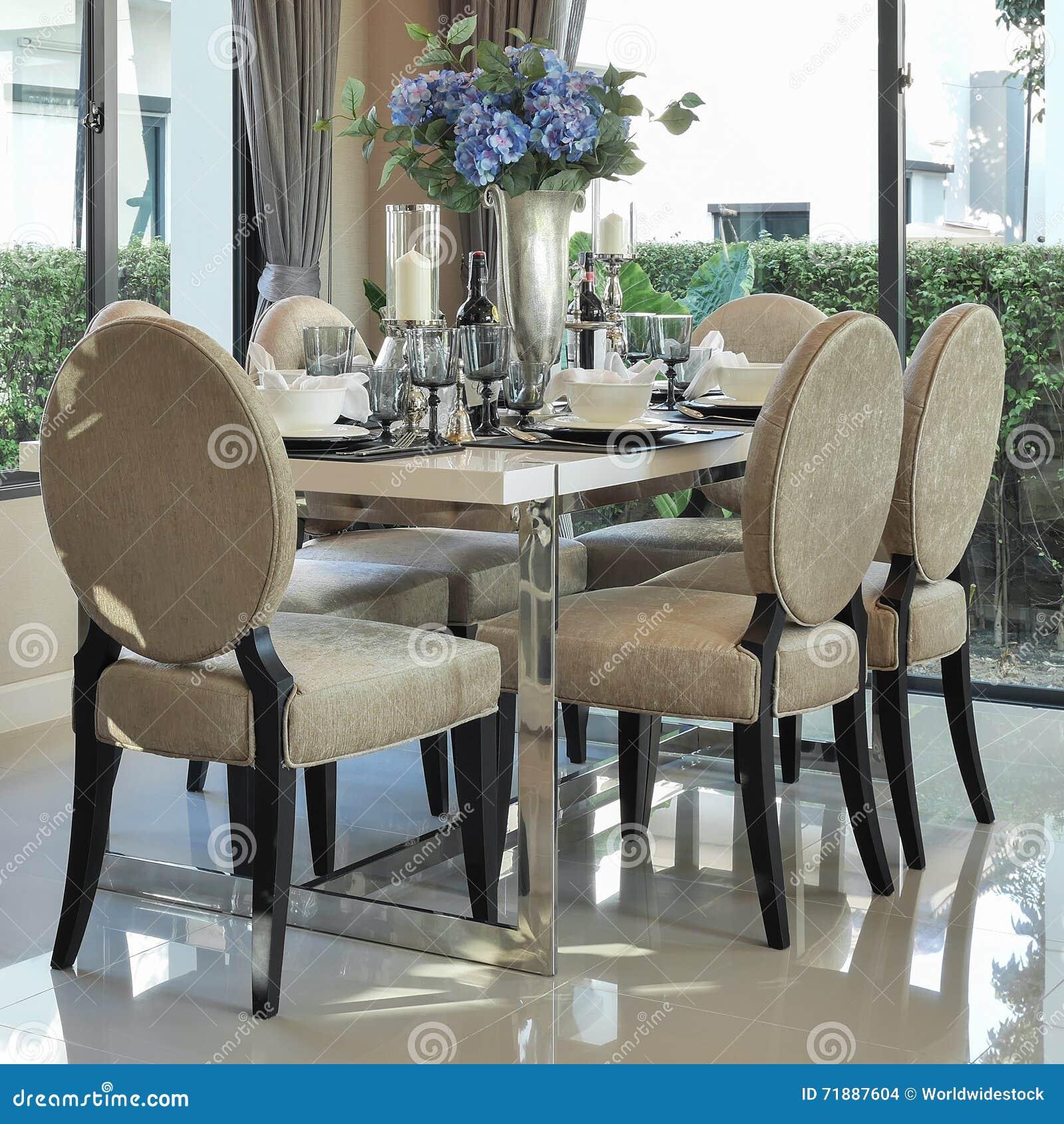 Table De Salle A Manger Et Chaises Confortables Avec L