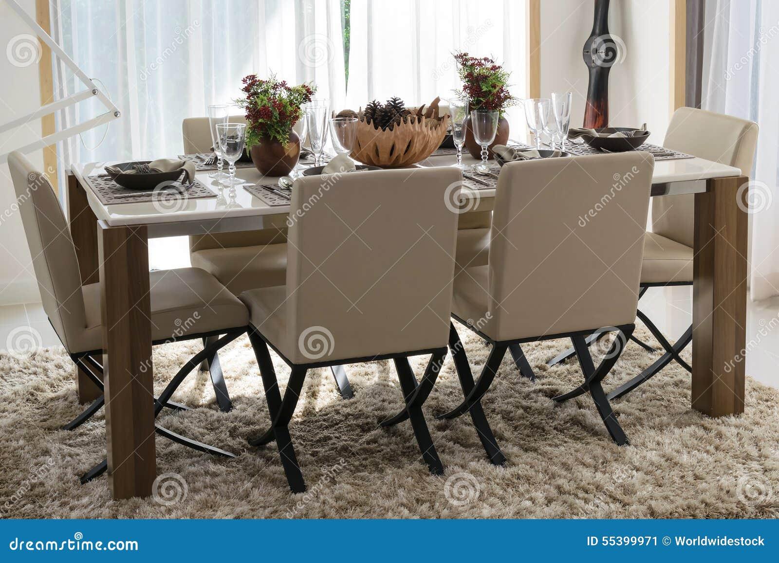 Table De Salle A Manger Et Chaises Confortables Dans La