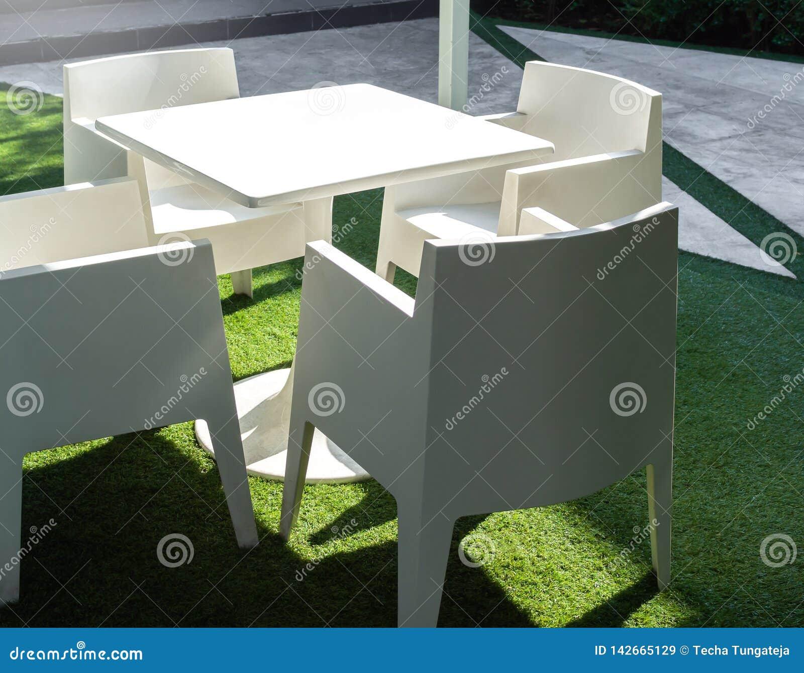 Table De Salle à Manger Extérieure Moderne Blanche Mise Sur