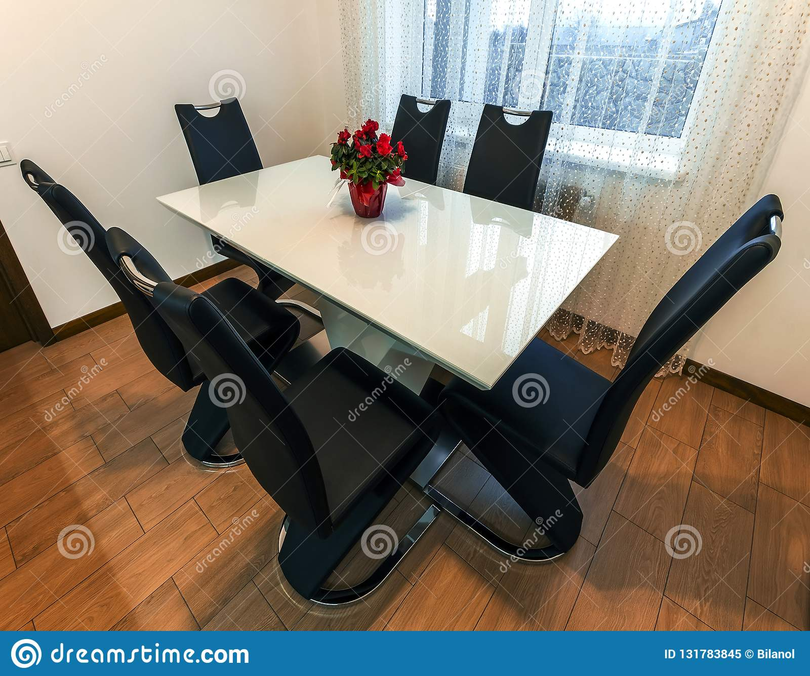 Table De Salle A Manger Ronde En Bois Et En Verre Blanche Avec Six
