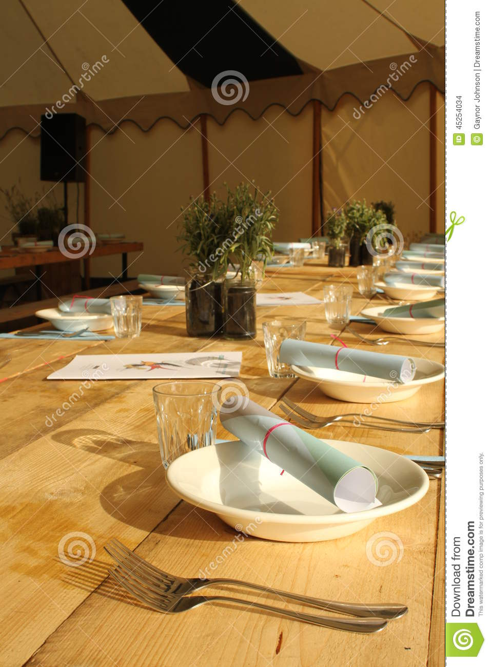 Table de salle manger rustique photo stock image 45254034 for Table de salle a manger rustique