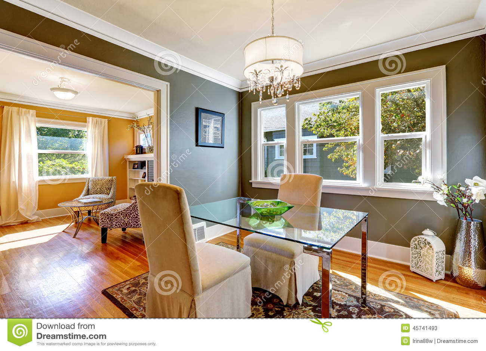 Table de salle manger avec le dessus en verre et deux for Table en verre avec chaise