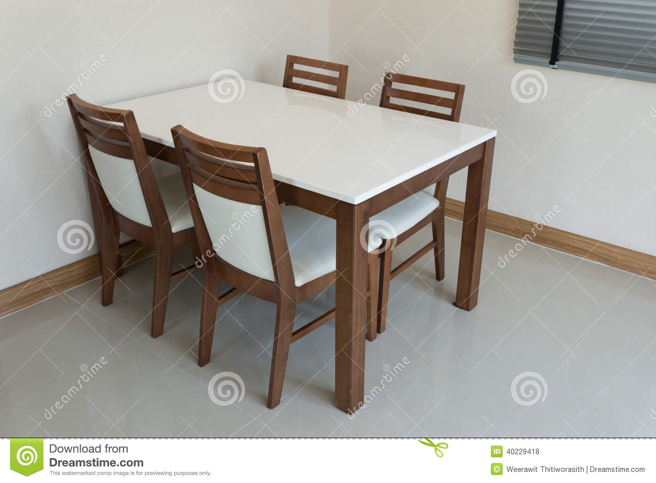 Table de salle manger en bois photo stock image 40229418 - Table 4 personnes dimensions ...