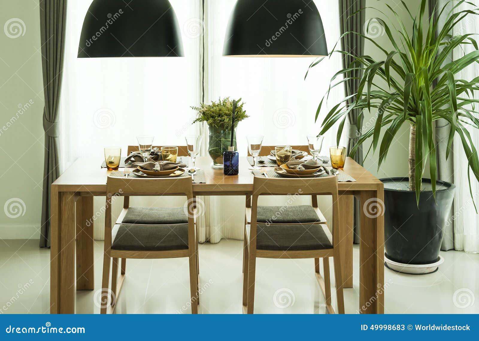 Table de salle à manger et chaises confortables dans la maison ...