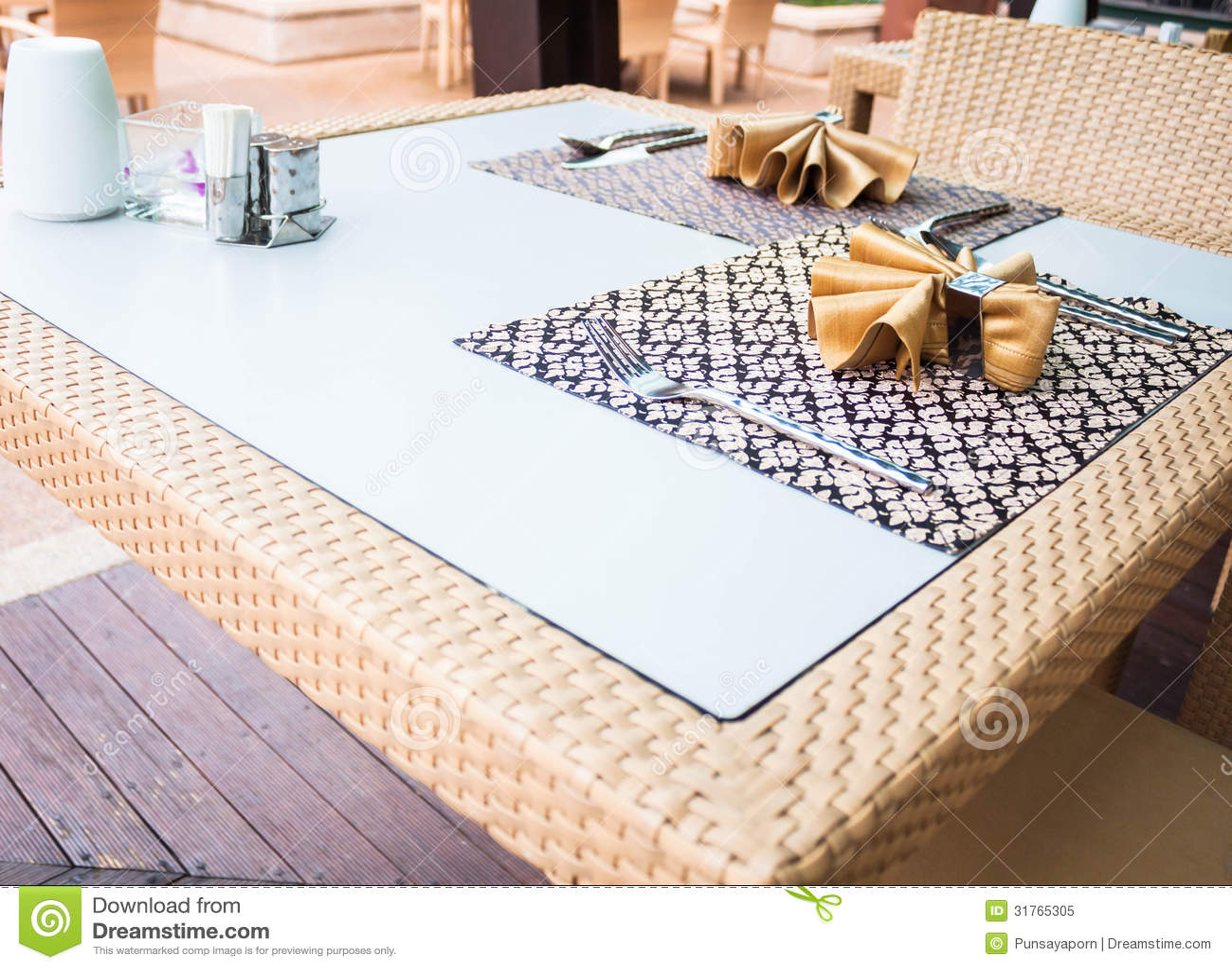 Table de salle manger orientale de style photo libre de for Salle a manger orientale