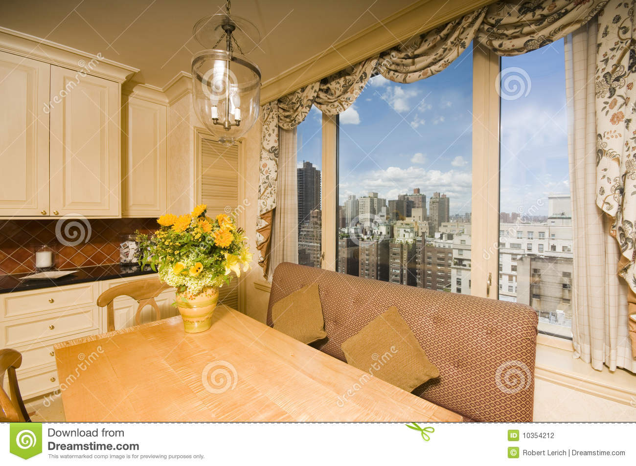 table dinante dans l 39 appartement terrasse new york de recoin de cuisine photo stock image du. Black Bedroom Furniture Sets. Home Design Ideas