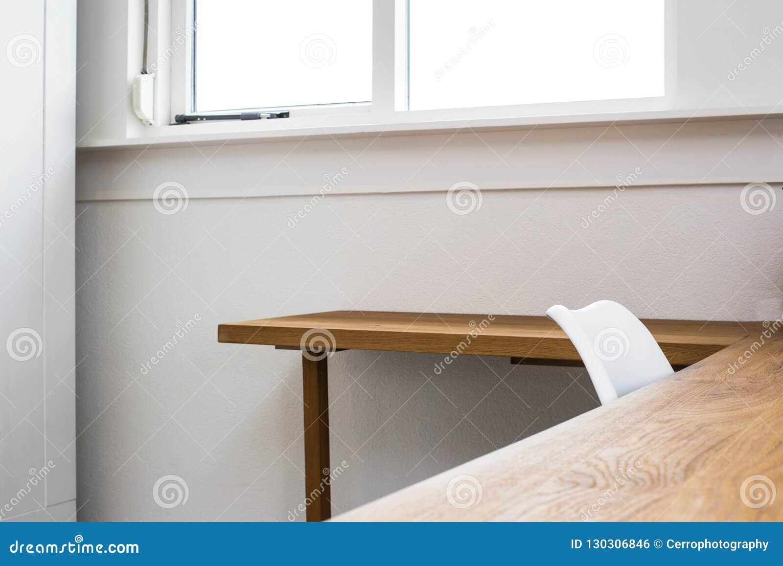 Table en bois avec le fond la chaise et le bureau de mur en béton
