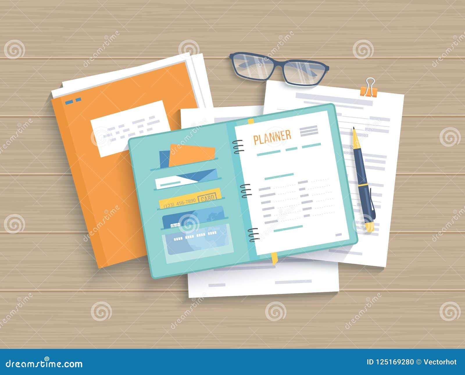 Table en bois d affaires avec le carnet ouvert, planificateur, documents Travail, analyse, recherche, planification, gestion