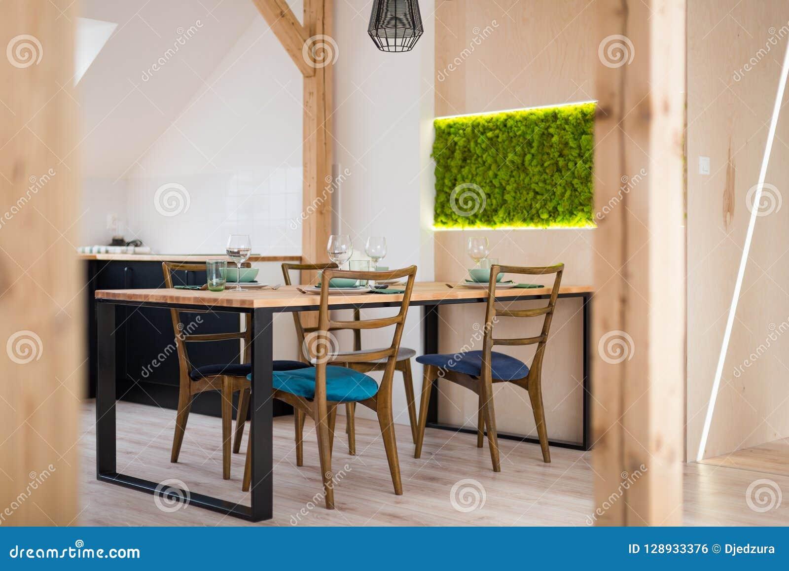 Table En Bois Dans La Salle à Manger Moderne Photo stock ...