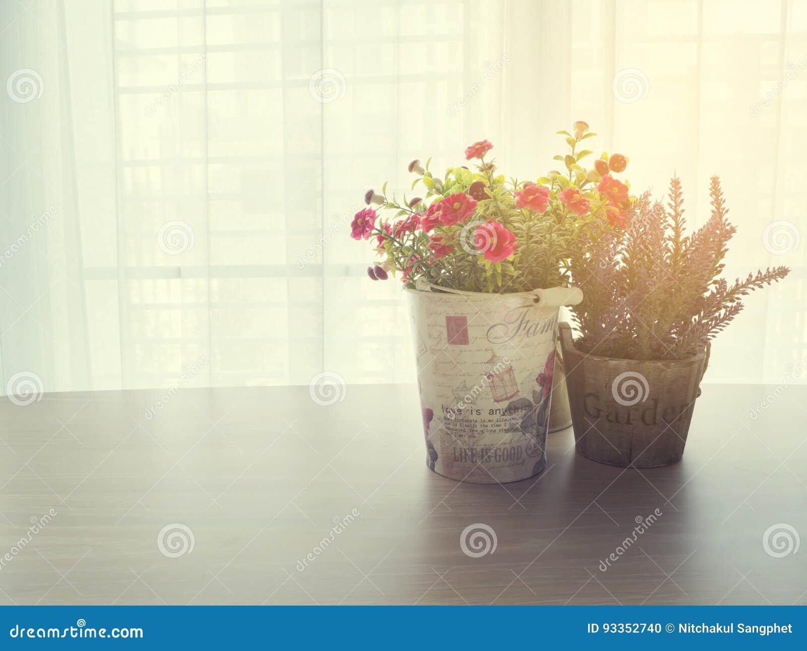 Table en bois de bureau avec la belle fleur rose et pourpre de