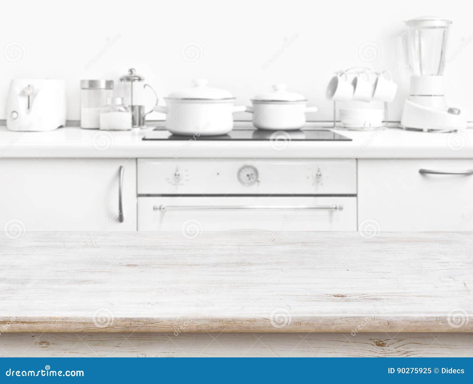 Table Banc De Cuisine table en bois devant l'intérieur blanc brouillé de banc de