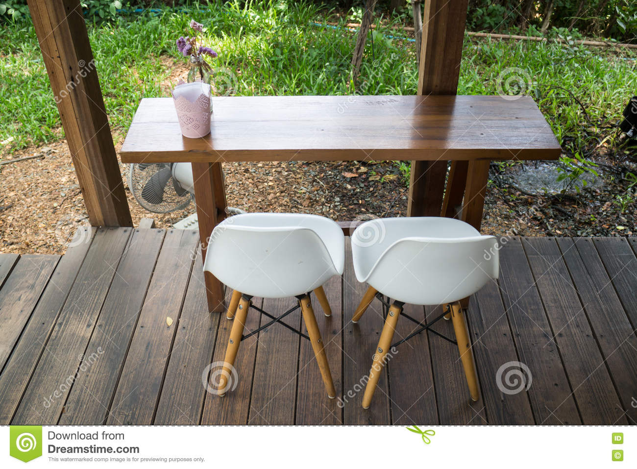 Table en bois et chaise moderne photo stock image 72146742 - Table moderne en bois ...