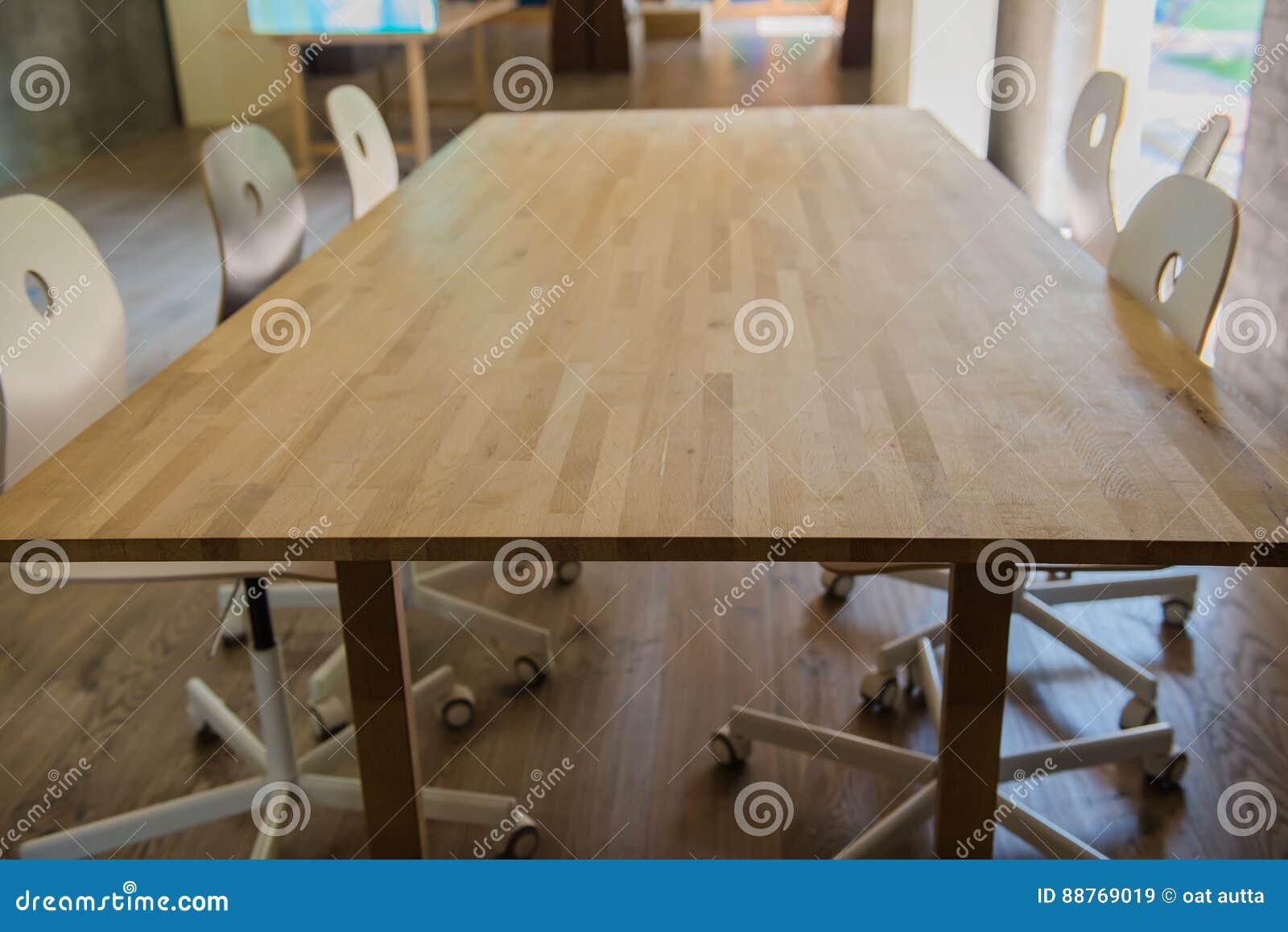 Table en bois moderne dans le bureau image stock image du